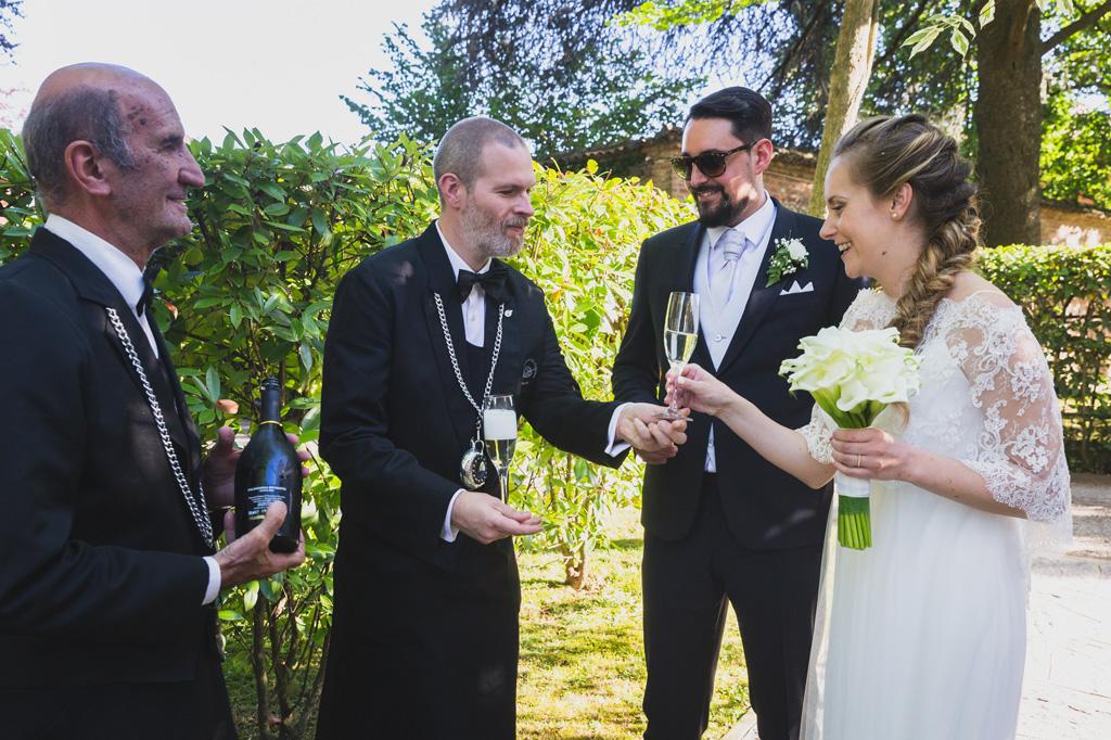 Gli sposi, Andrea e Sarah, conversano con gli ospiti durante il ricevimento
