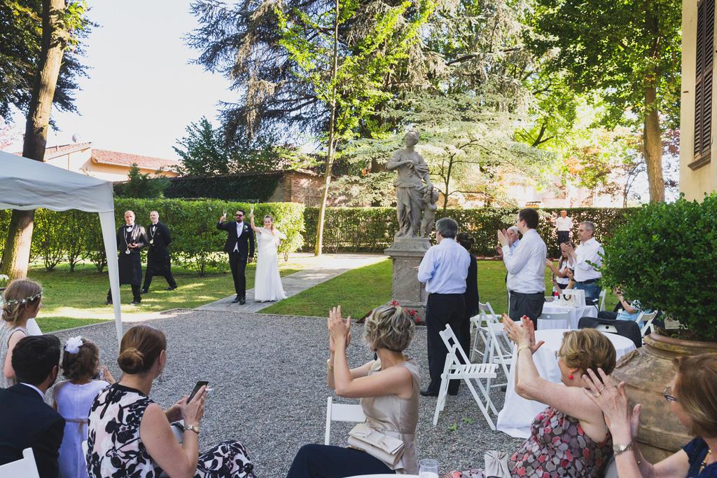 Gli sposi vengono accolti con un applauso dagli invitati