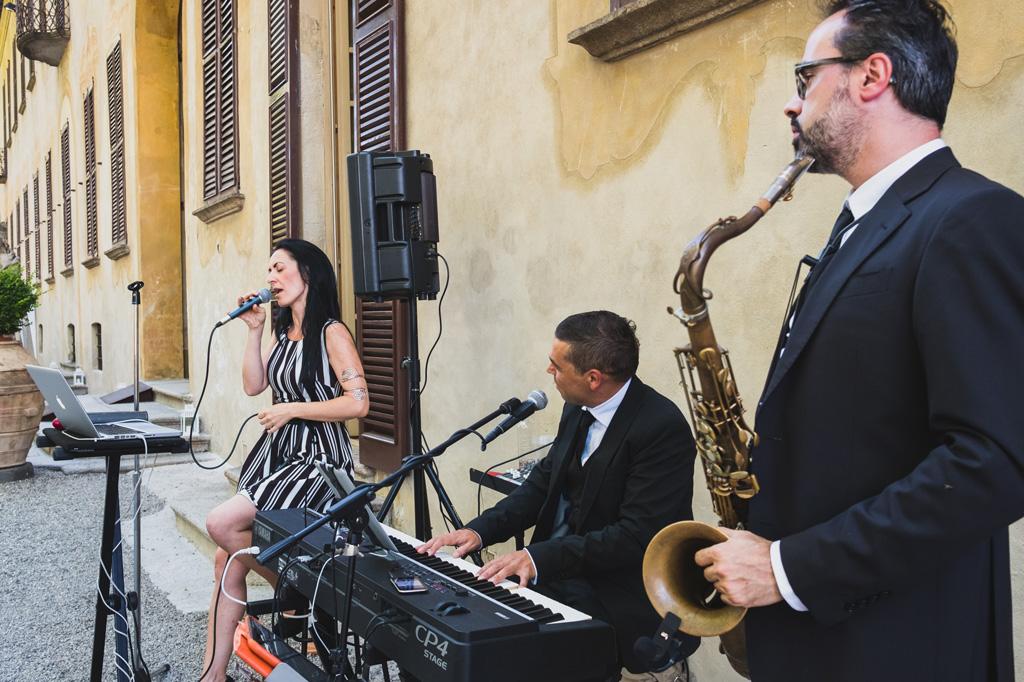 I musicisti incantano gli invitati durante il ricevimento