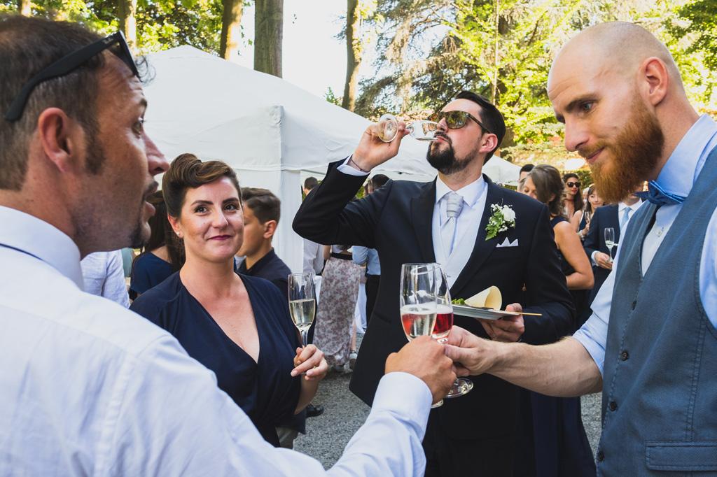 Lo sposo Andrea brinda con amici e parenti durante il ricevimento