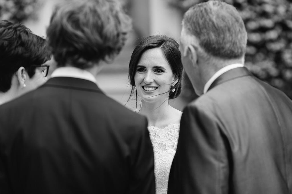 La sposa intrattiene gli ospiti con il suo sorriso