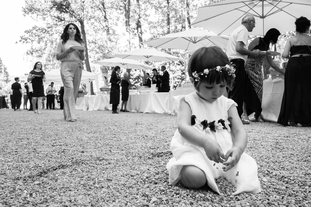 Una bambina gioca durante il ricevimento