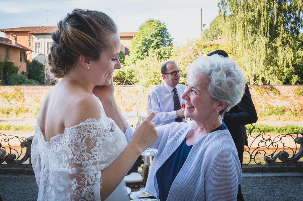 La sposa riceve un gesto di affetto