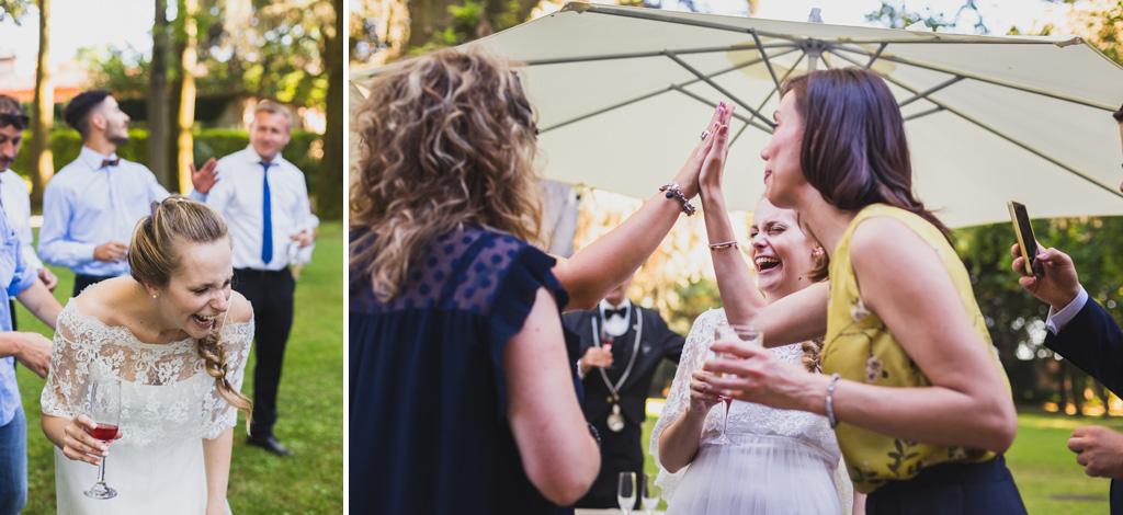 Gli invitati bevono e ridono durante il ricevimento dopo il matrimonio