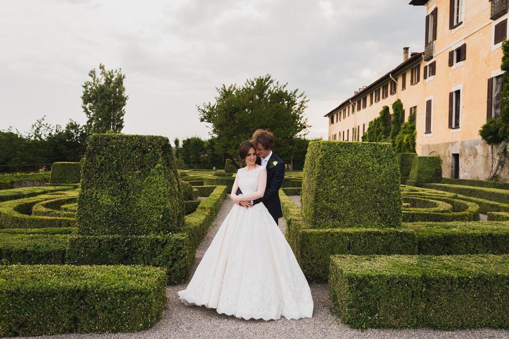Davide e Eleonora si abbracciano con dietro la splendida cornice di Villa Orsini
