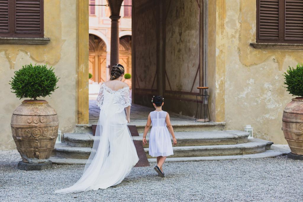 La sposa è seguita da una piccola damigella