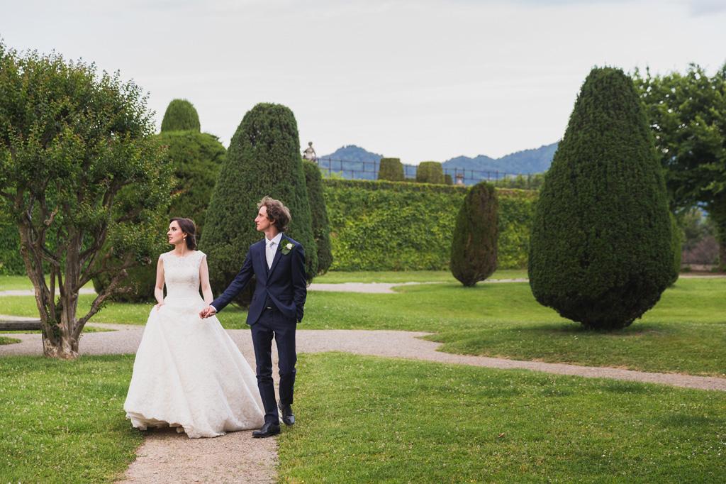 I due sposi passeggiano mano nella mano per il cortile di Villa Orsini