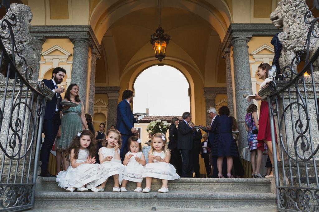 Le bambine si ristorano sulle scale di Villa Orsini
