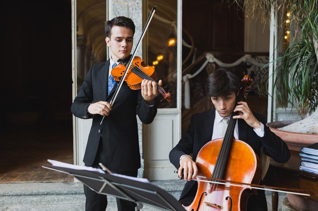 I musicisti incantano gli ospiti presso Villa Orsini