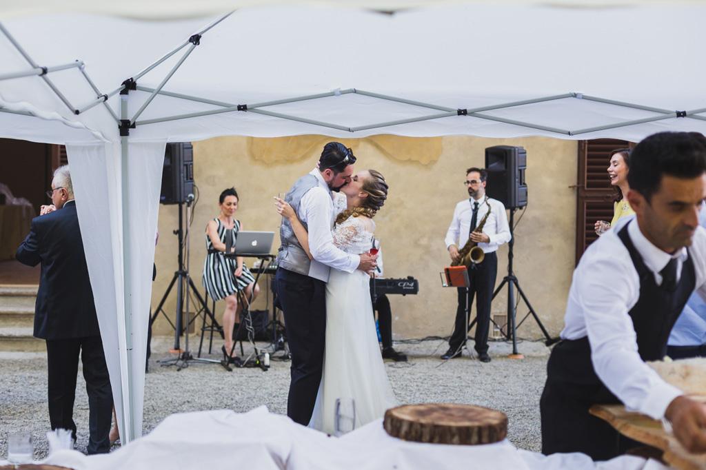 Gli sposi si baciano durante i preparativi per il ricevimento