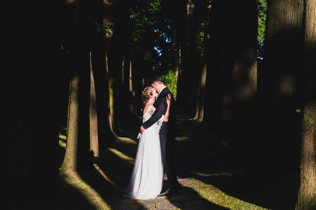 Andrea e Sarah si baciano immersi nella natura in uno scatto del fotografo Alessandro Della Savia