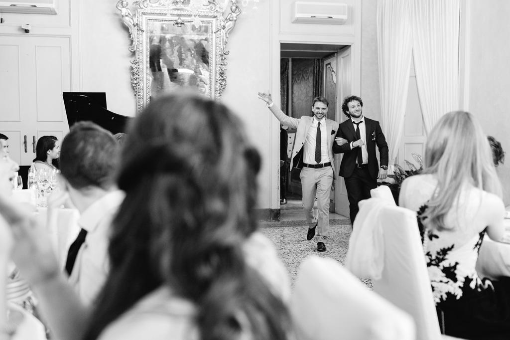 Due ospiti si presentano come se fossero gli sposi