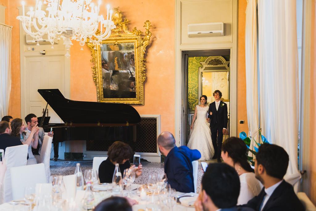 L'arrivo degli sposi, Davide e Eleonora, nella sala del ricevimento presso Villa Orsini