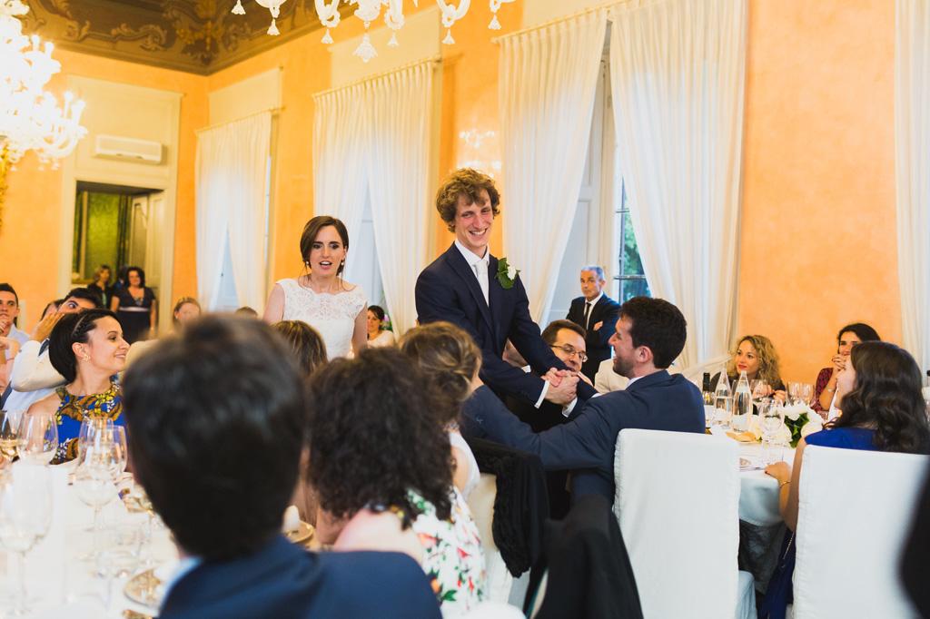 Davide e Eleonora sono accolti dagli ospiti con strette di mano e sorrisi