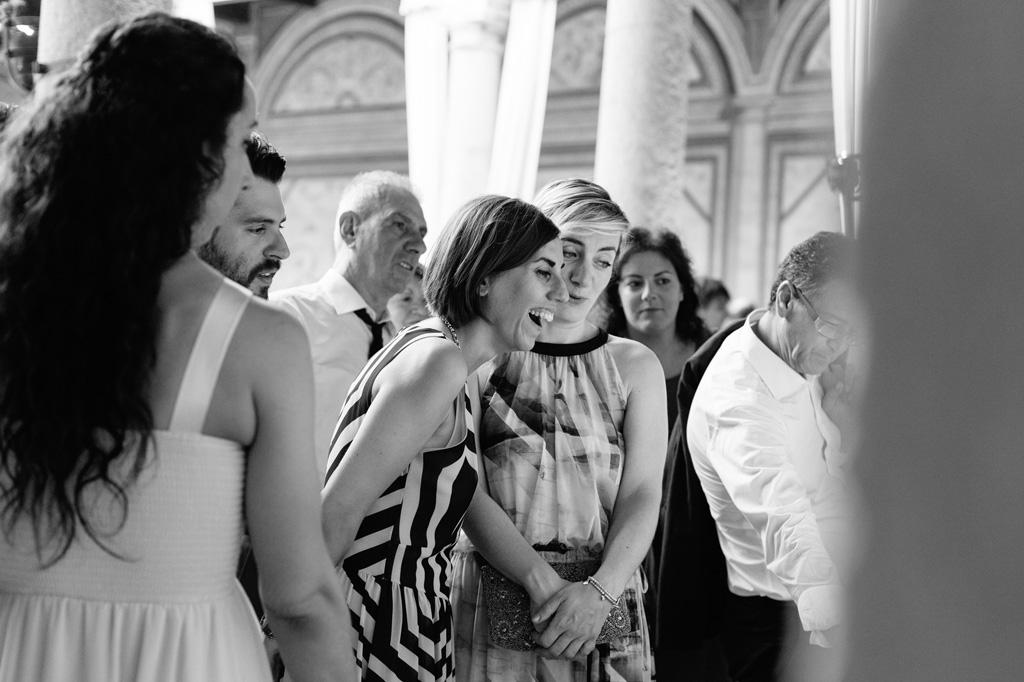Un'ospite emozionata al ricevimento presso Villa Gaia Gandini