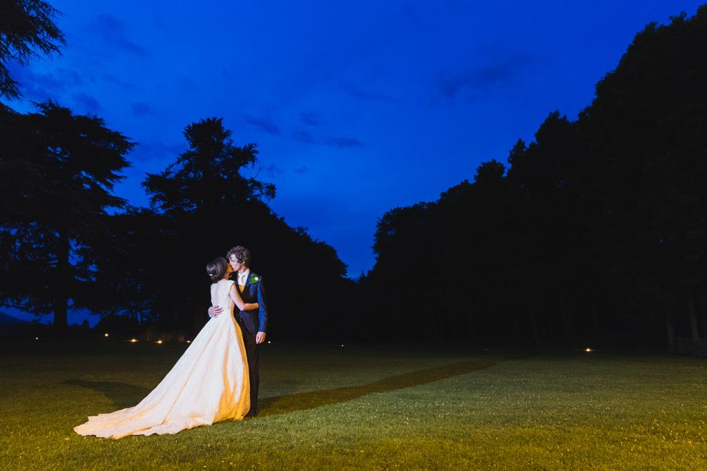 Davide e Eleonora si baciano al crepuscolo in uno scatto ripreso da Alessandro Della Savia