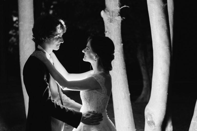 I due sposi, Davide e Eleonora, danzano tra i ceppi solenni