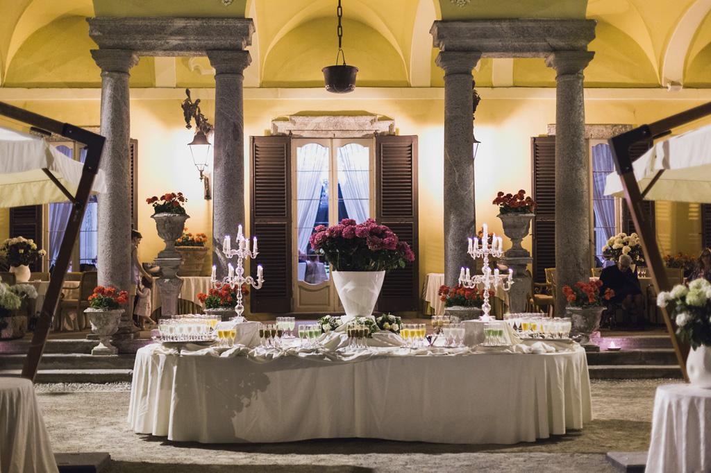 La tavola imbandita e lo scenario di Villa orsini