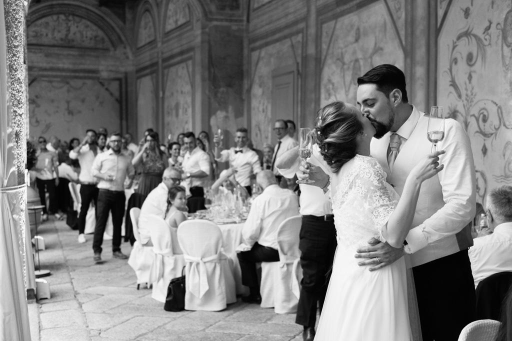I due sposi, Andrea e Sarah, si baciano durante il ricevimento