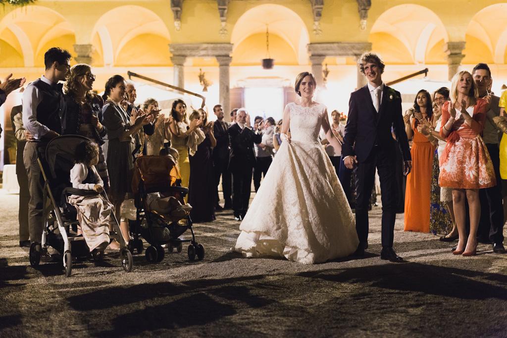 Gli sposi e gli ospiti in attesa della torta nunziale