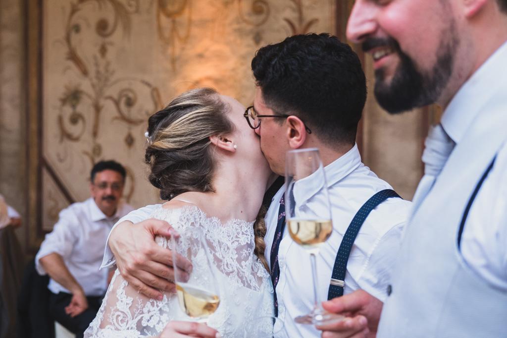 Baci e champagne durante il ricevimento del matrimonio di Andrea e Sarah