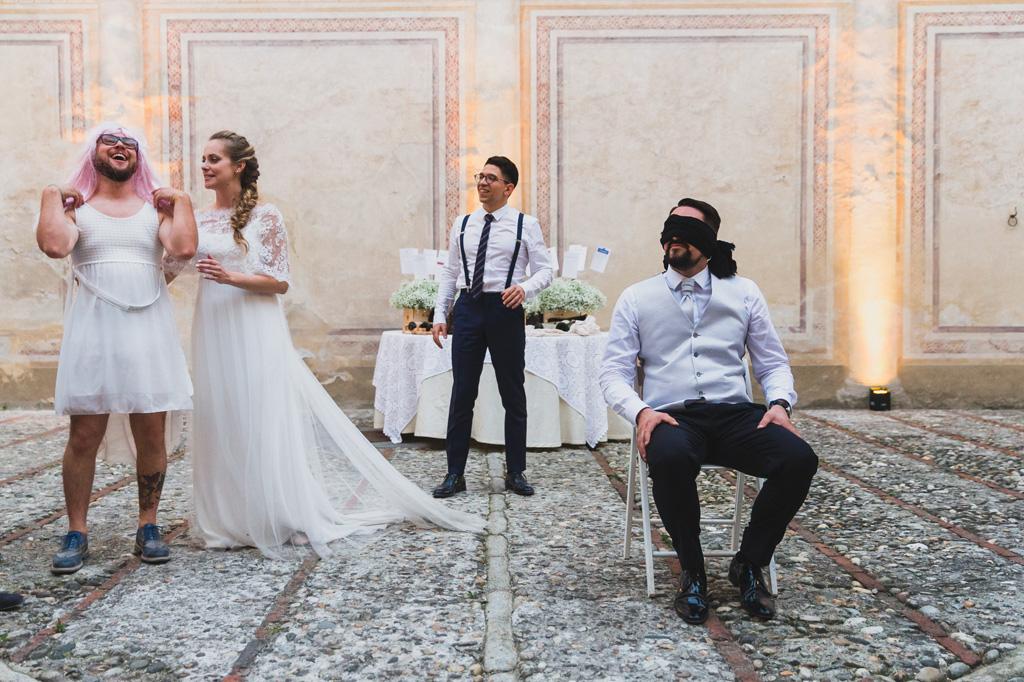 Lo sposo Andrea è bendato e una sposa incomoda in nuno scatto ironico immortalato da Alessandro Della Savia