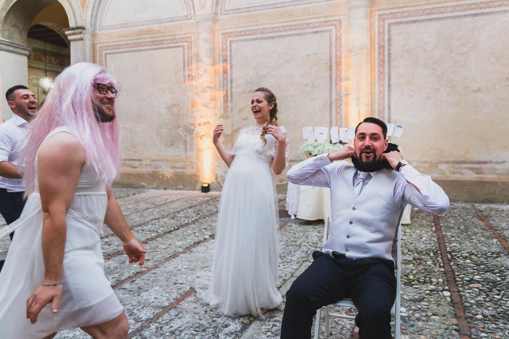 Gli ospiti scherzano travestiti con lo sposo Andrea