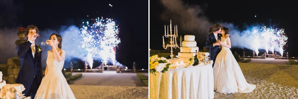 I fuochi d'artificio illuminano di magia gli sposi in questo scatto di Alessandro Della Savia