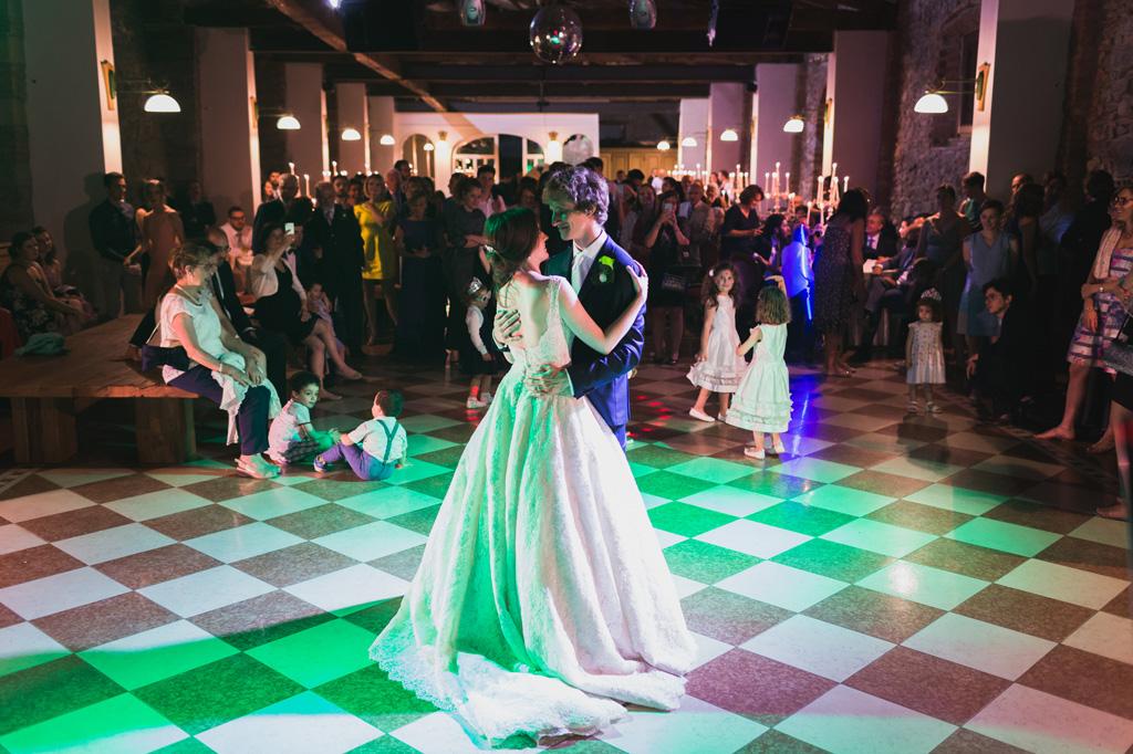 Gli sposi, Davide e Eleonora, ballano un lento romantico