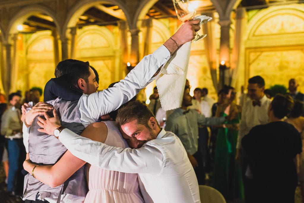 Abbracci calorosi con la sposa dopo il ricevimento del matrimonio