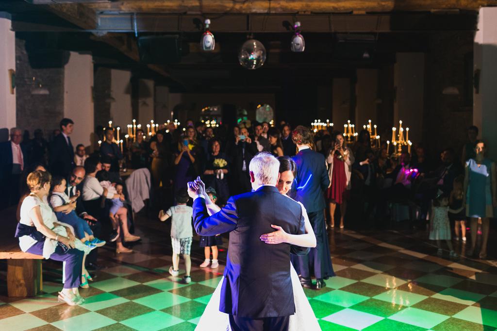 Il padre e la sposa danzano in pista