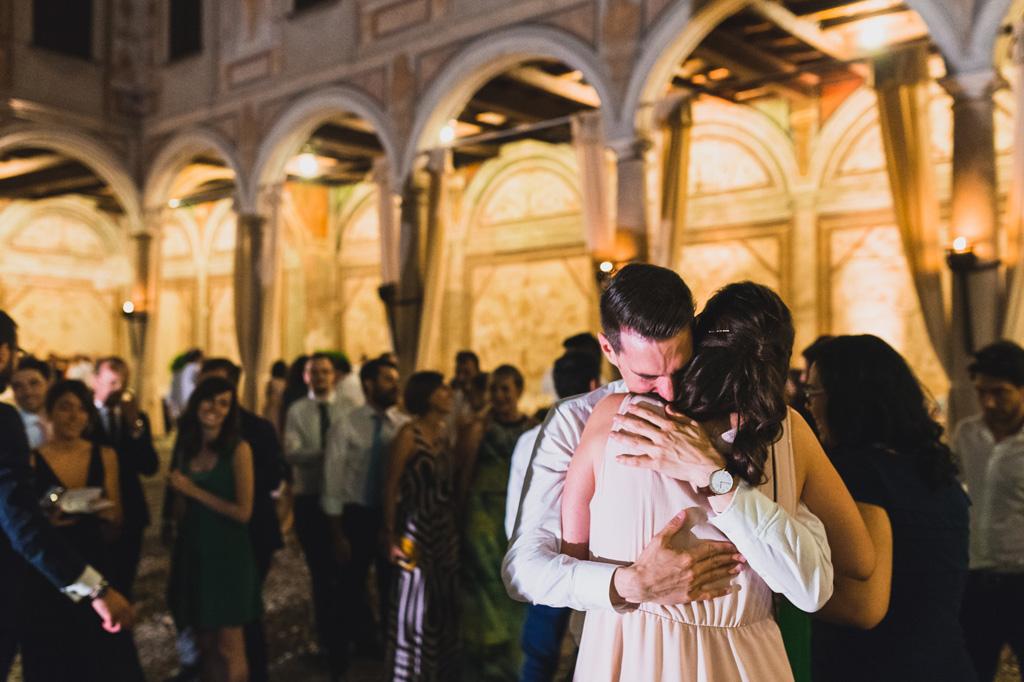 Abbraccio durante la festa dopo il matrimonio