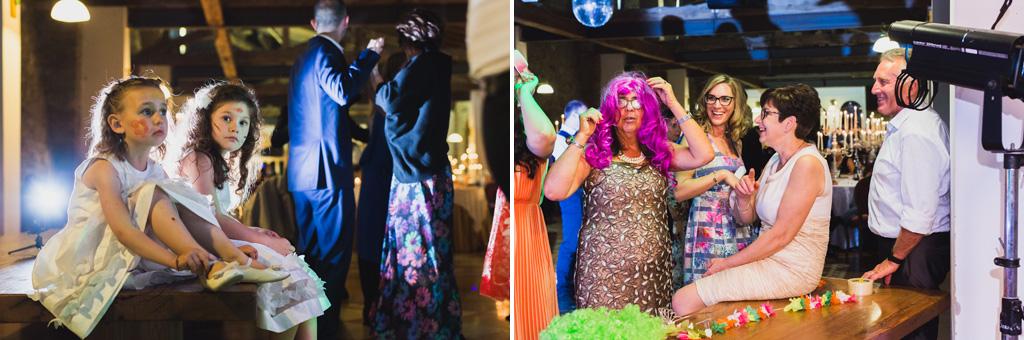 Gli invitati sfoggiano i trucchi e i costumi più bizzarri durante la festa di ricevimento