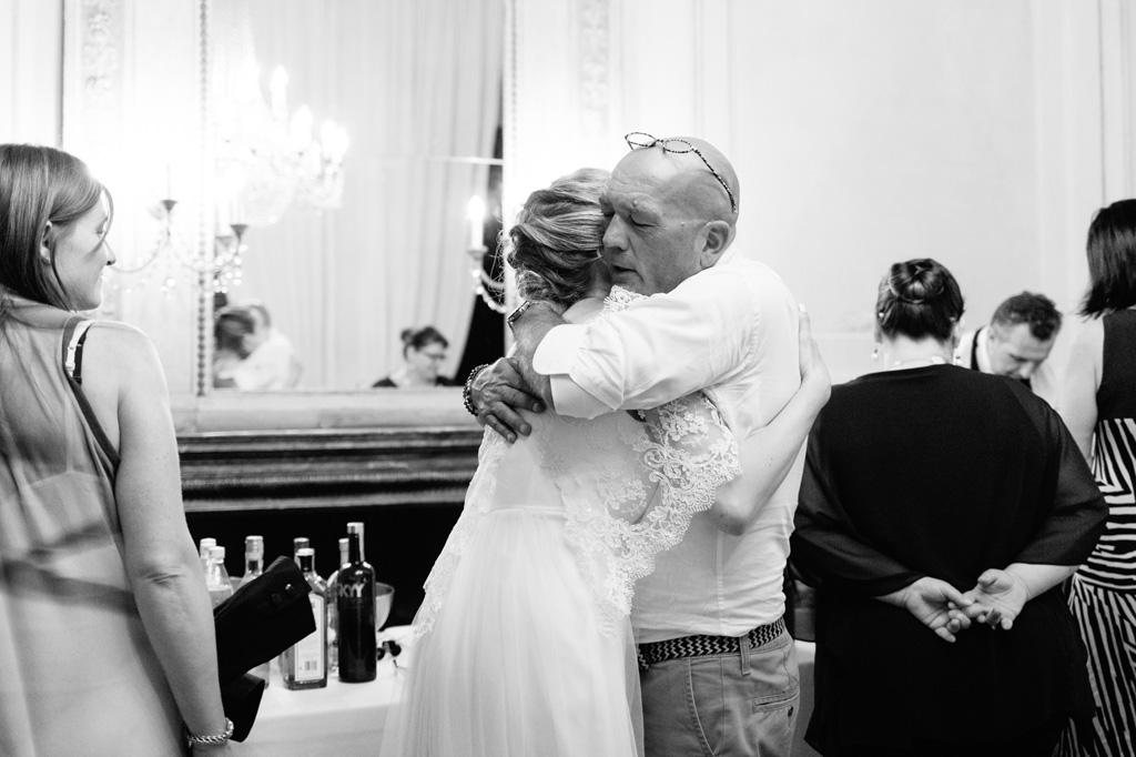 La sposa abbraccia il padre