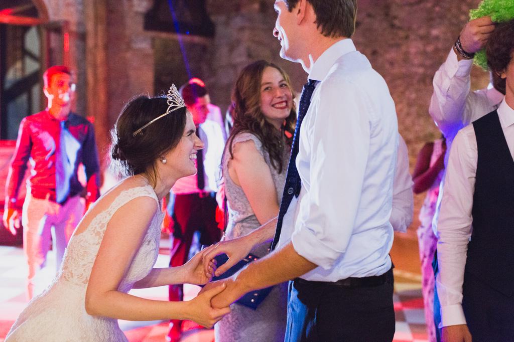La sposa di scatena in pista da ballo con gli ospiti