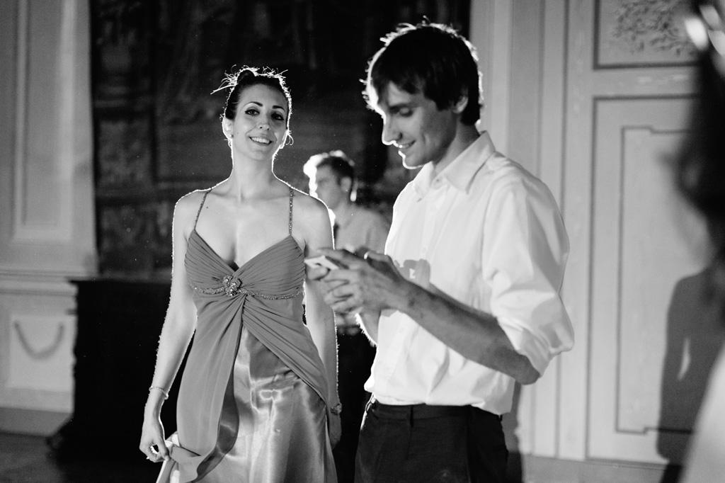 Sguardi di intesa con la sposa presso Villa Gaia sul Naviglio