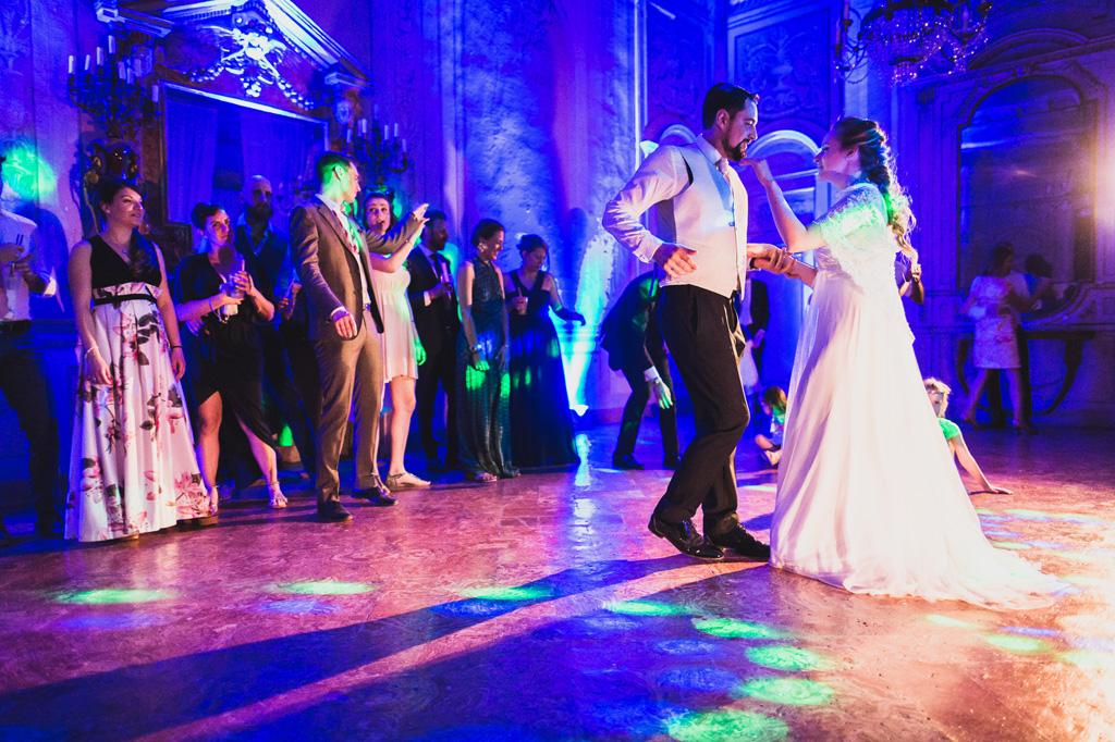 Il ritmo è nel sangue degli sposi dopo il ricevimento del matrimonio