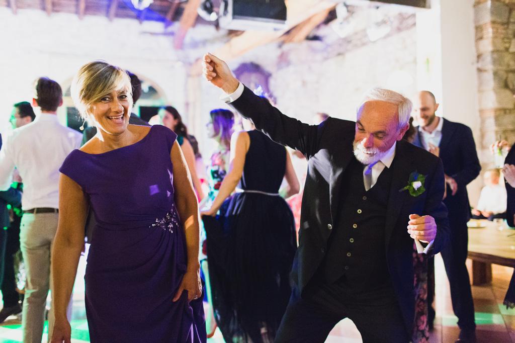 Il padre della sposa si lancia in mosse da ballo ardite