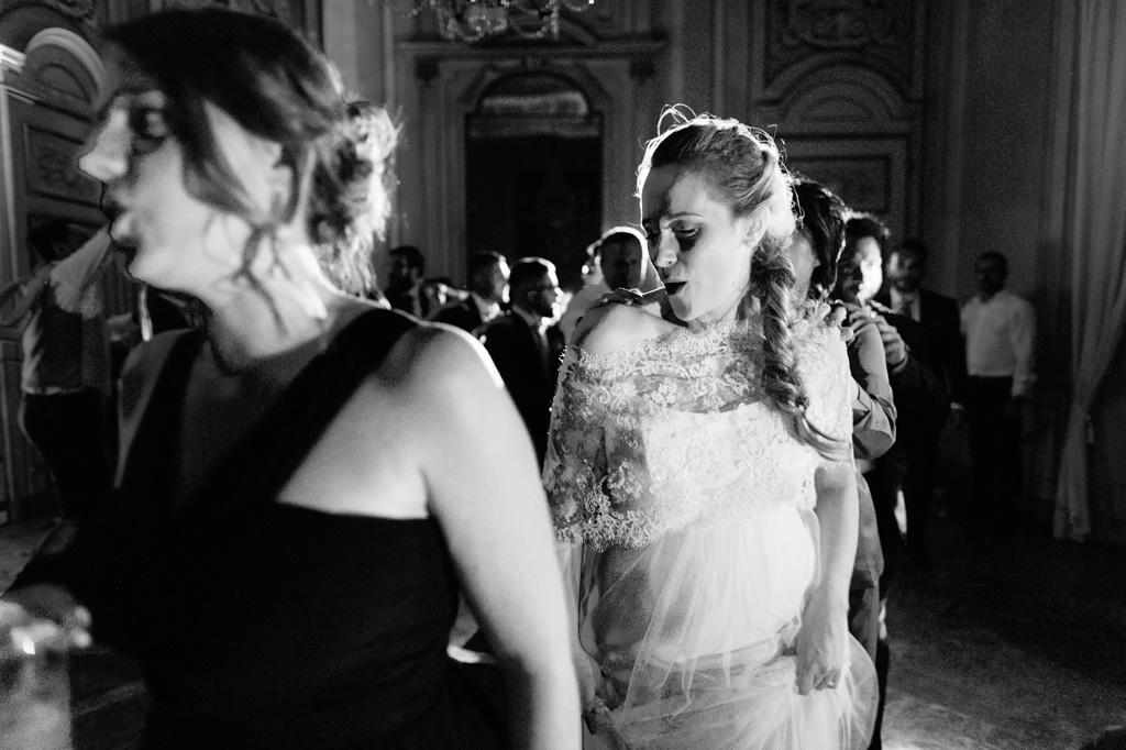 La sposa danza sulla pista dopo il matrimonio