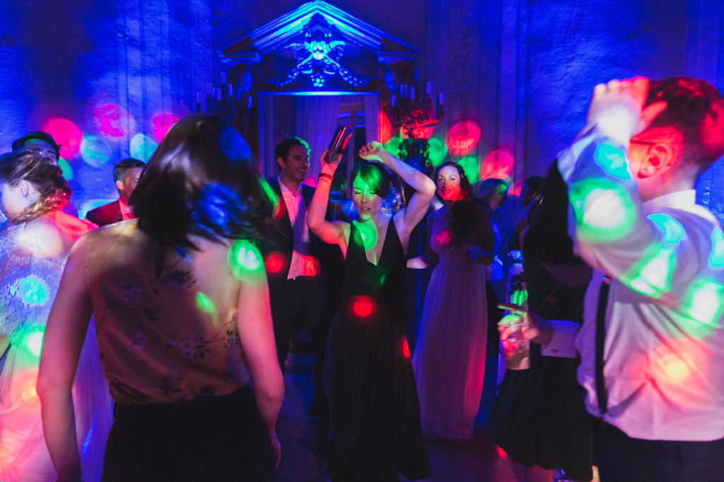 Luci stroboscopiche e balli scatenati dopo il ricevimento del matrimonio in uno scatto di Alessandro Della Savia