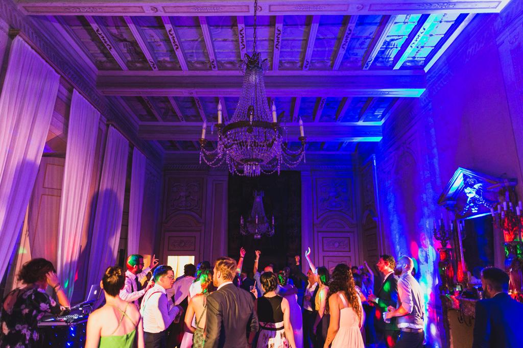 Festa e musica dopo il ricevimento di matrimonio