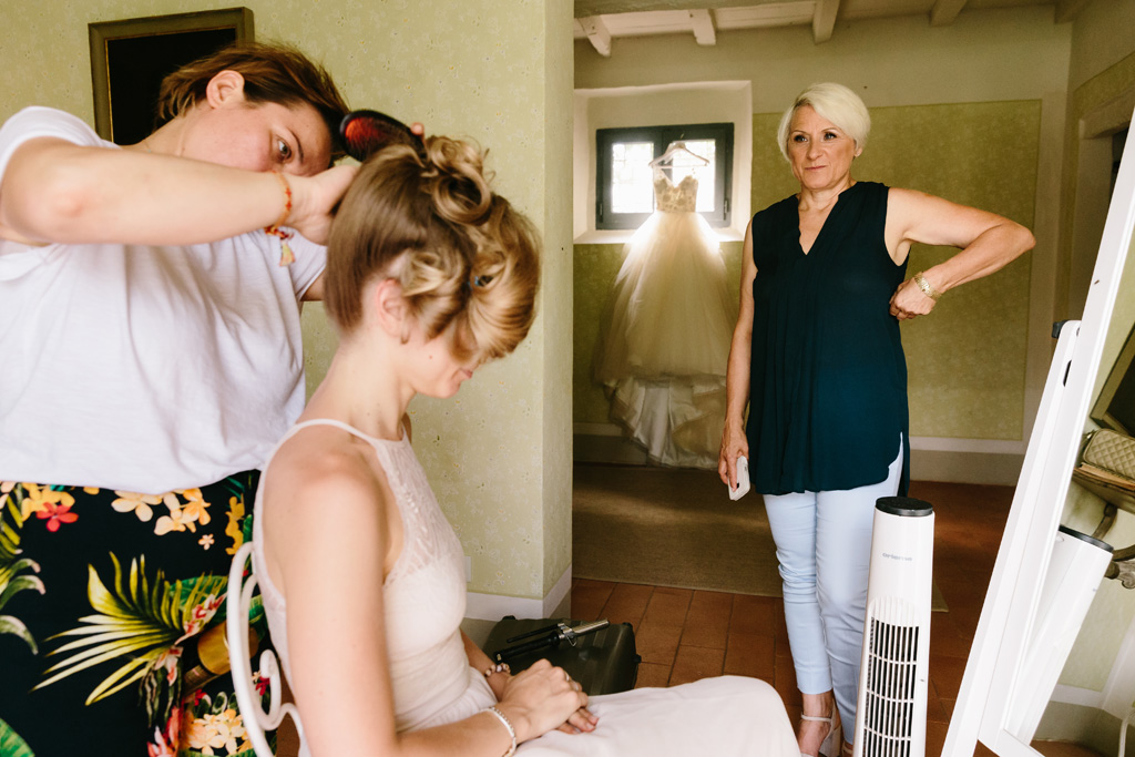 La sposa si preparara nella sua stanza nel Convento dell'Annunciata