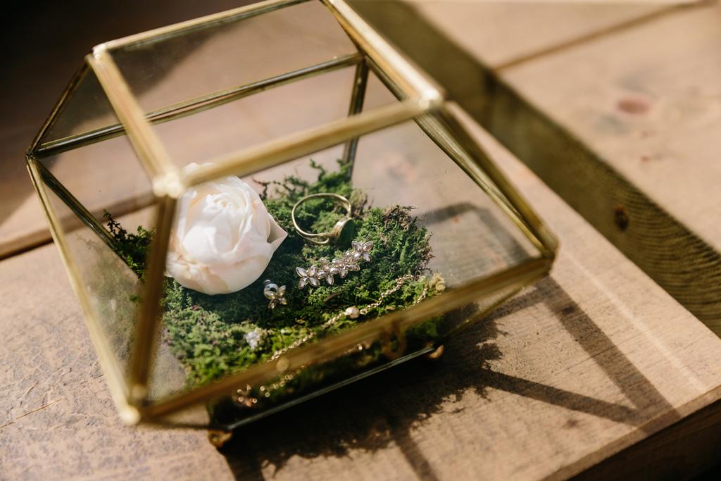 I gioielli della sposa in un elegante scatolina