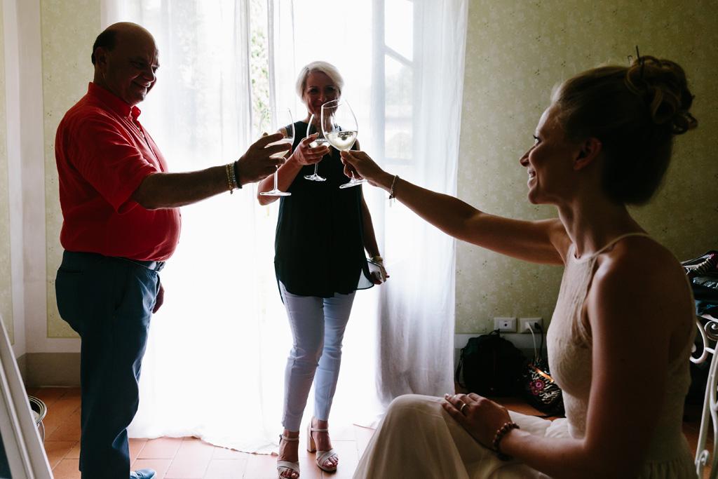 La sposa brinda con i genitori durante la preparazione