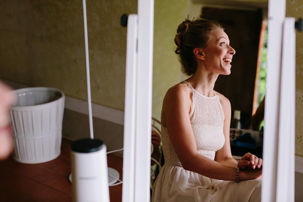La sposa nello specchio ha un'espressione sorpresa