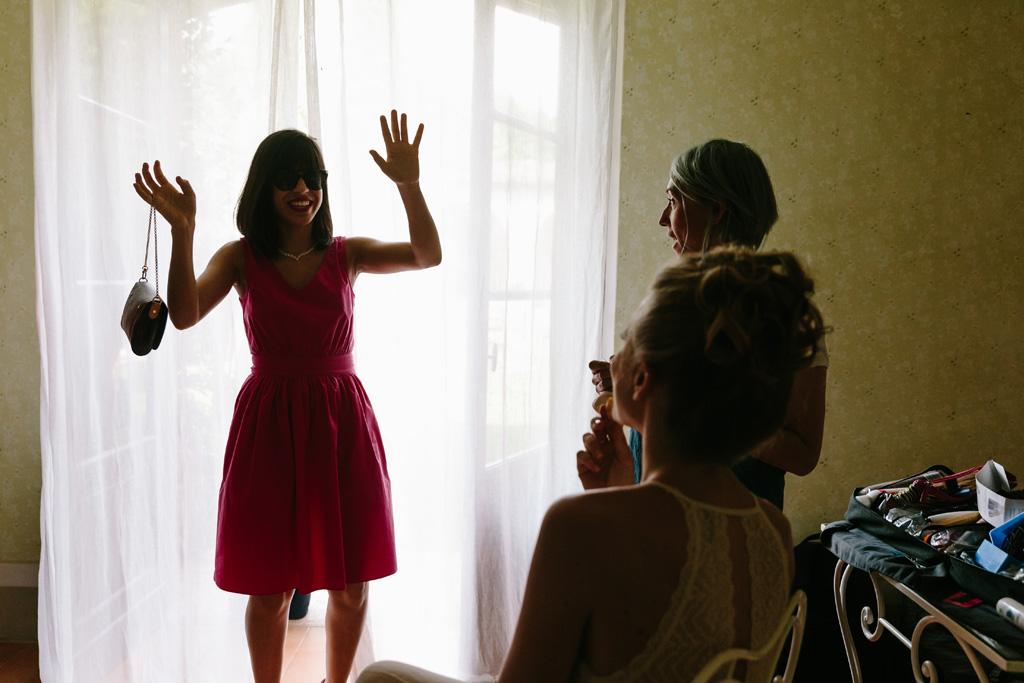 Un'amica arriva nella camera della sposa nel Convento dell'Annunciata