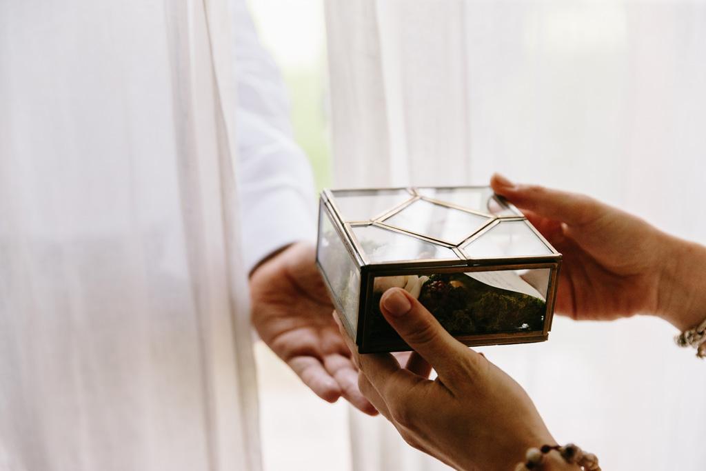 La sposa regala una scatolina con un messaggio allo sposo che la prende attraverso la tenda per non vedere la sposa