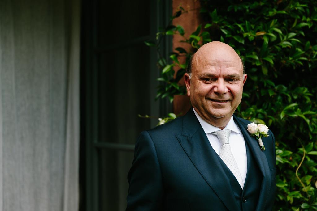 Il padre della sposa in giacca e cravatta