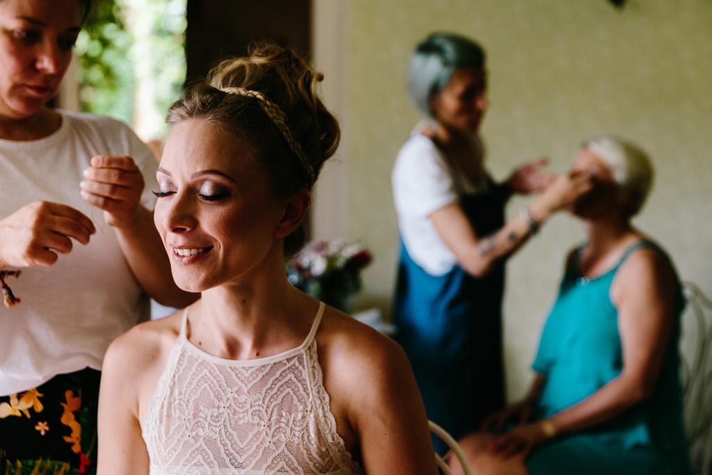 La sposa è quasi pronta mentre la mamma viene truccata dalla truccatrice