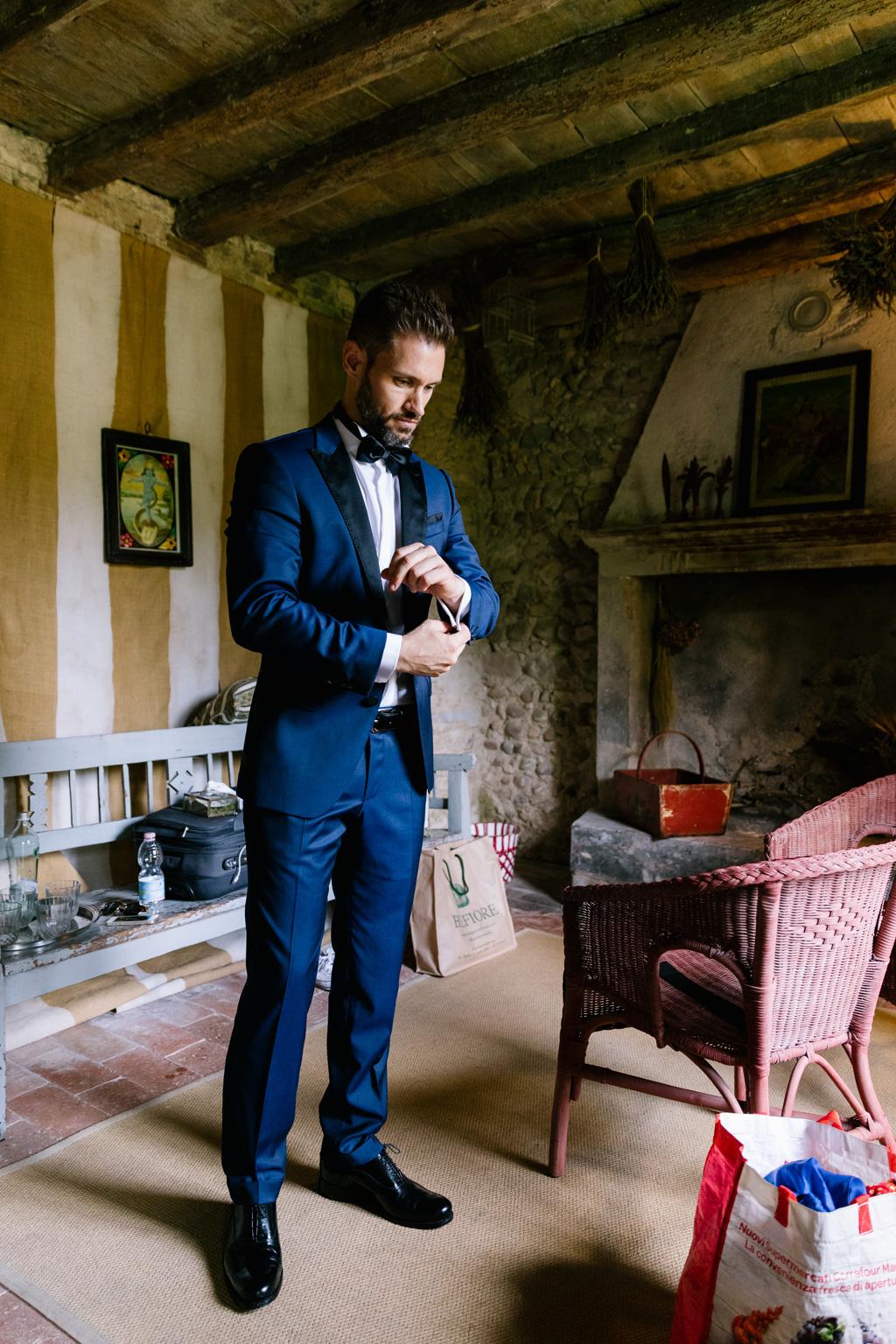 Lo sposo finisce di vestirsi nella sua camera del Convento dell'Annunciata